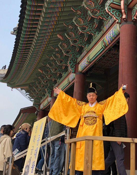 1日だけの王様になった校長先生(黄色い韓服)。「今日は私の命令に従え!」