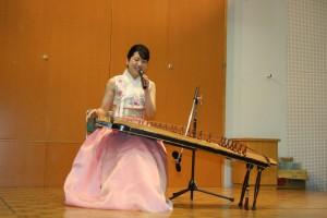 2016012319カヤグム演奏する裵尚美さん