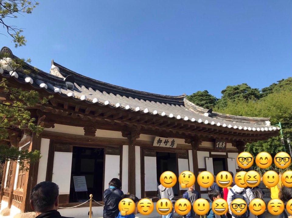 生家の前で。朝鮮時代初期の1450~1500年頃に建造。